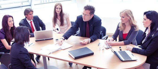 גבר ואישה סביב שולחן בישיבה עסקית