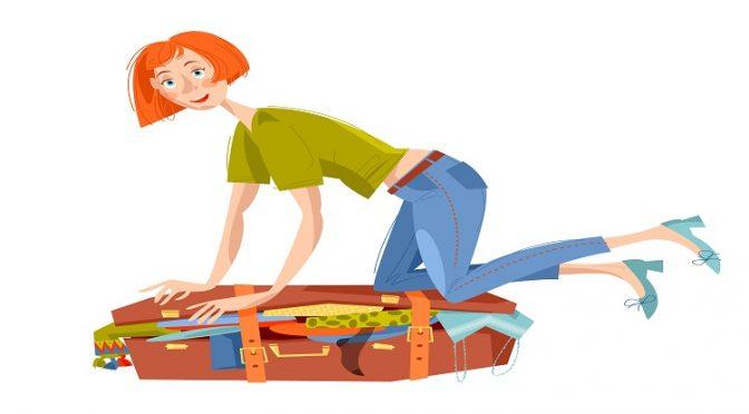 אישה יושבת על מזוודה ומנסה לסגור אותה