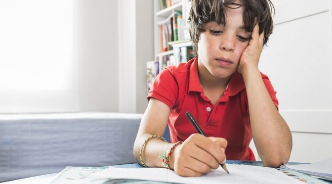 ילד מצייר