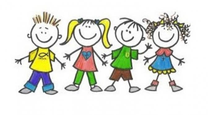 ארבעה ילדים מחזיקים ידיים ומחייכים